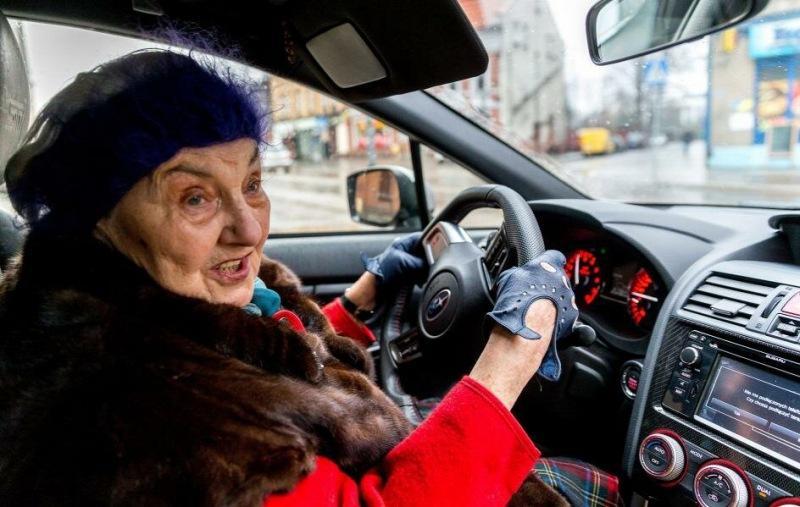 Пенсионерка 13 лет копила деньги, чтобы купить себе новую спортивную машину за 4,2 миллиона рублей.